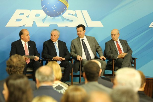 """Paulo Tonet (Abert), Michel Temer e Gilberto Kassab na cerimônia de sanção da MP 747: """"liberdade"""".  Foto: Ricardo Fonseca/MCTIC"""