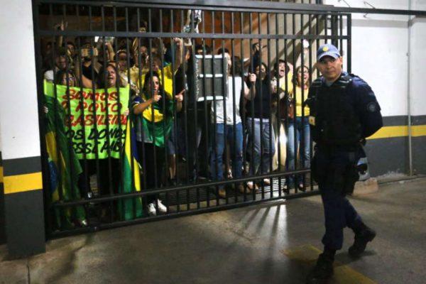 Cerca de 150 pessoas portavam faixas favoráveis ao juiz federal Sérgio Moro e à Operação Lava Jato (Foto: Fabio Rodrigues-Pozzebom / Agência Brasil)