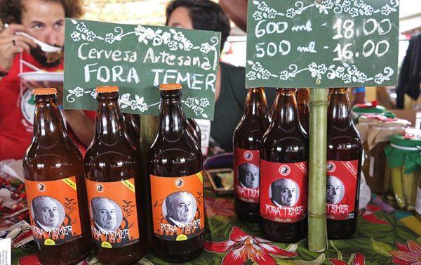 Puro malte e sem transgênico, cerveja Fora Temer é sucesso na feira do MST