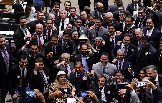 Deputados festejam, alguns a caráter, aprovação que beneficia vaqueiros e empresários do setor. Foto: Luis Macedo/Câmara dos Deputados