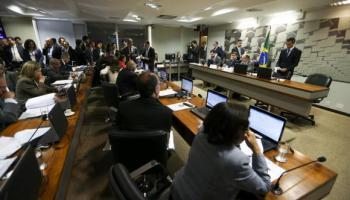 O senador Ricardo Ferraço faz a leitura do seu relatório sobre a proposta de reforma trabalhista (PLC 38/2017), na Comissão de Assuntos Sociais do Senado (Foto: Marcelo Camargo/Agência Brasil)