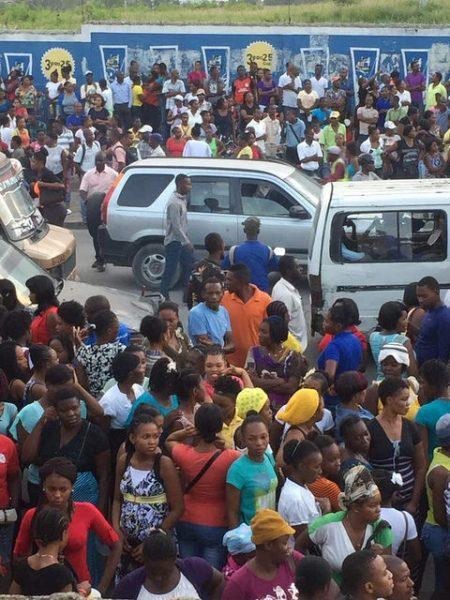 Os grevistas ocuparam as ruas e fecharam a estrada para Aeroporto Internacional Toussaint Louverture, em Porto Príncipe (Foto: Rapid Response Network)