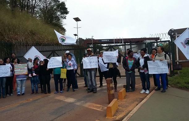 Atingidos pela Samarco trancam rodovia em Mariana (MG)