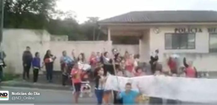 Moradores de comunidades de São José e Joinville protestam contra violência policial