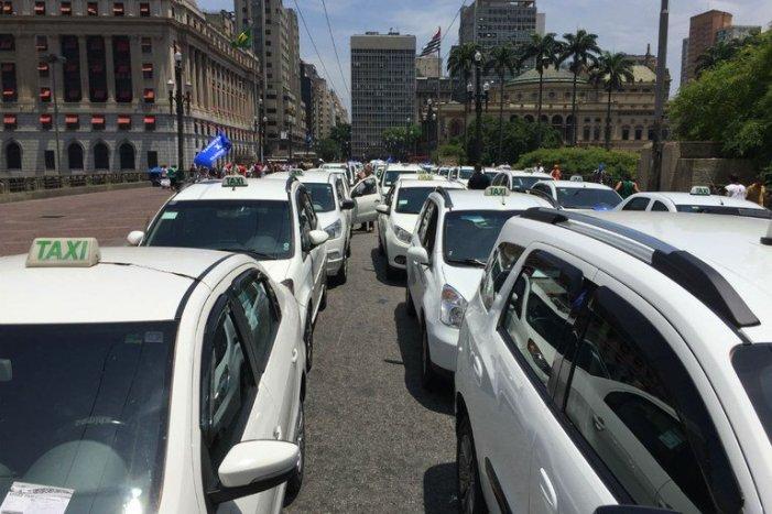 Para driblar taxas, taxistas se organizam e lançam aplicativo próprio
