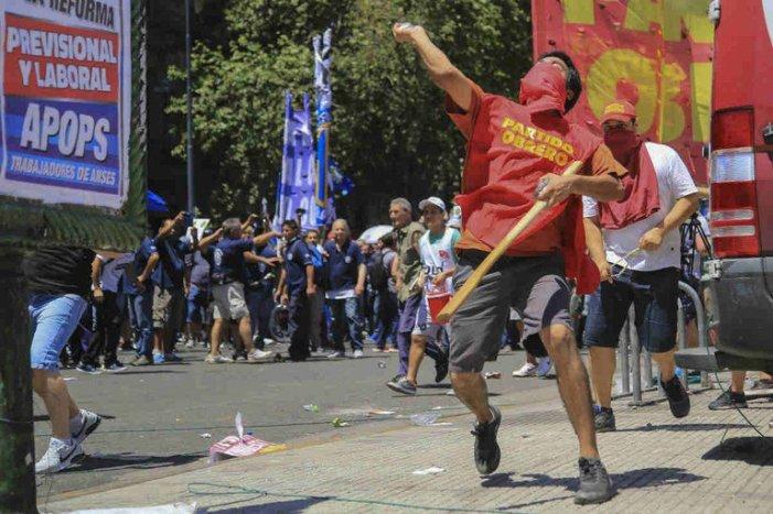 Protestos interrompem votação de reforma da Previdência na Argentina