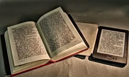 Libro-tablet-móvil-ebook y las tapaderas del café