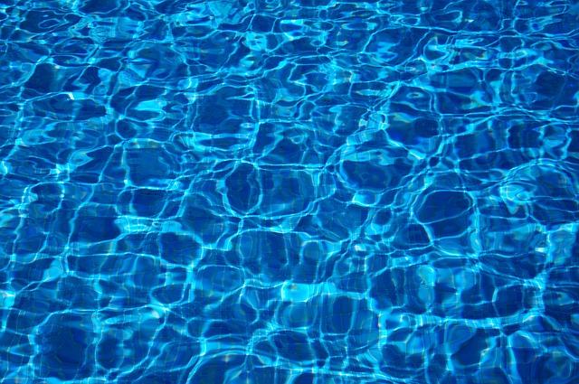 Un pequeño lago azul