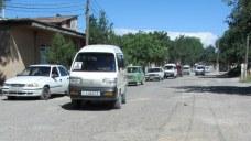 Minivans de marque coreenne et Ladas se partagent la route