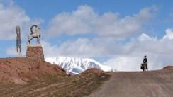 Col de Kyzyl-Art (4282m), frontière du Tadjikistan. La suite au Kirghizstan!