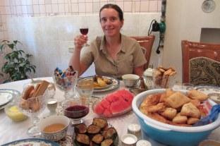 Chez Clara, on est en très bien reçus. On a même droit à goûter au vin kirghize !