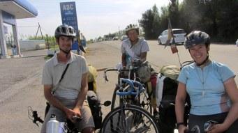 Rencontre avec des cyclos russes qui partent à l'assaut des pistes du Pamir avec des vieux vélos de route sans petit plateau.