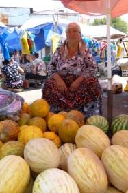La marchande est fière de ses melons.