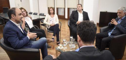 El intendente con asesores de la Cámara Nacional Electoral, de la ONG Argentina Debate y el rector de la UNL, Enrique Mammarella.
