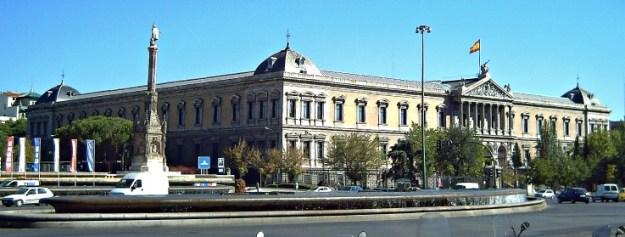 Vista del edificio de la BIBLIOTECA Y MUSEO ARQUEOLÓGICO NACIONALES desde la PLAZA DE COLÓN de Madrid (España). Proyectado por Francisco Jareño (1818-1892) y construido entre 1866 y 18