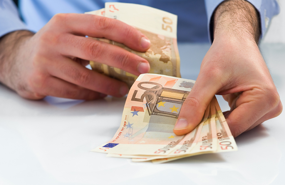 Mag de notaris de courtage uitbetalen aan de verkopende makelaar als verkoper dat niet wil?