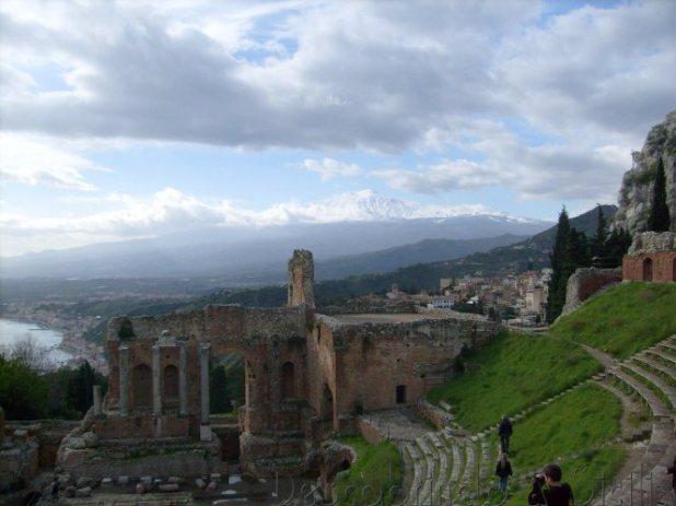 A Sicília no inverno: panorama do Teatro Grego de Taormina com o Etna escondido entre as nuvens - Foto: Acervo Pessoal