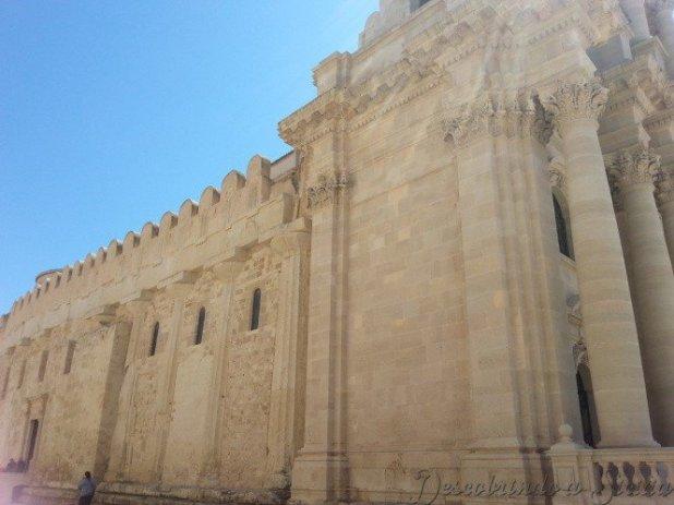 Lateral da Catedral com as colunas originais do Templo de Atena visíveis