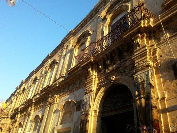 Olha o efeito que dá a luz do fim de tarde na fachada dos edifícios de Noto!