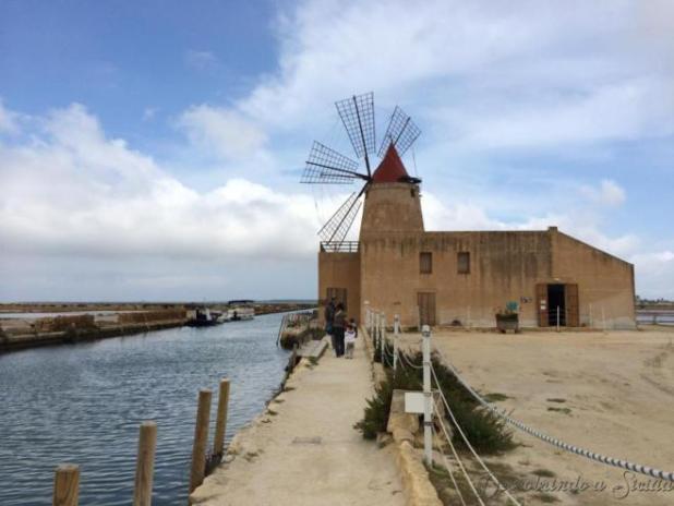 Mesmo quem não for à Mozia, pode simplesmente passear pelo Stagnone e admirar as salinas e os moinhos de vento!