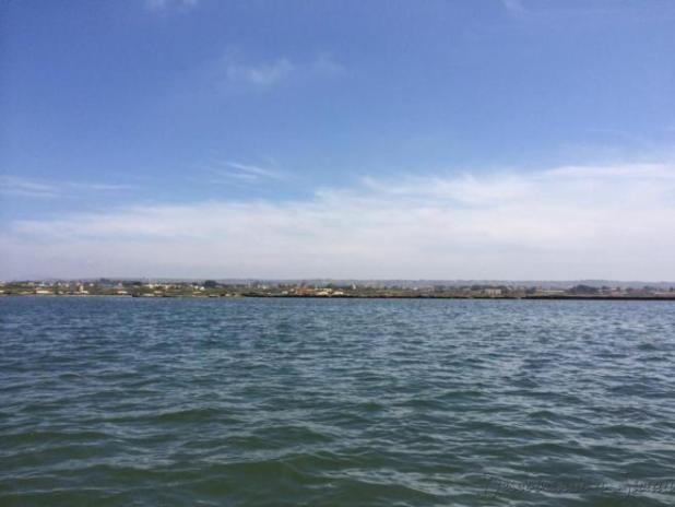 Outra característica da lagoa é o vento. Este fator atrai os praticantes de kitesurf da Sicília inteira.