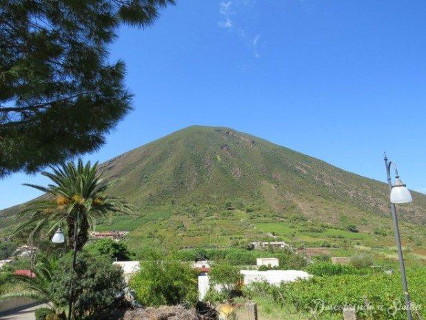 Monte Fossa delle Felci, que como dá para imaginar pela sua forma, é um vulcão extinto.