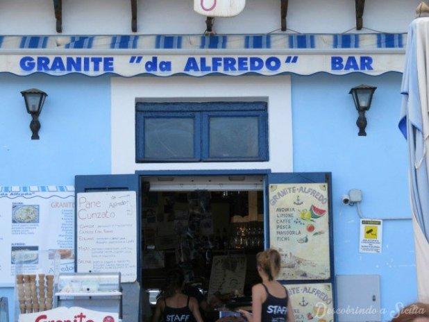 O Bar de Alfredo fica na localidade de Lingua, município de Santa Marina di Salina
