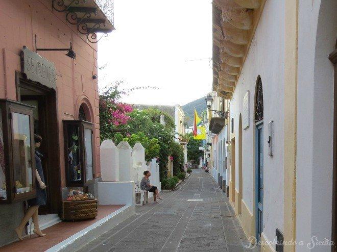 A vida passando devagar no centro de Santa Marina di Salina