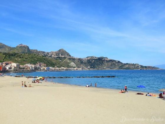 Praia livre de Giardini Naxos, arredores de Taormina