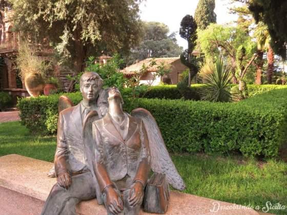 """""""Anjos do nosso tempo"""". Esse é o nome da escultura do artista plástico Piero Guidi localizada logo na entrada do jardim público de Taormina. Uma verdadeira homenagem ao amor!"""