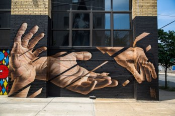 Manos sobre fondo negro - Obra de james bullough