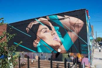 Mujer en pared - Obra de james bullough