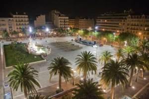 A principal praça do centro de Toulon.