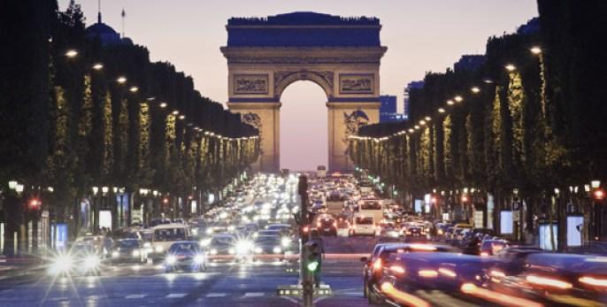 Champs-Elysées-nuit-_-550x278-_-©-Thinkstock