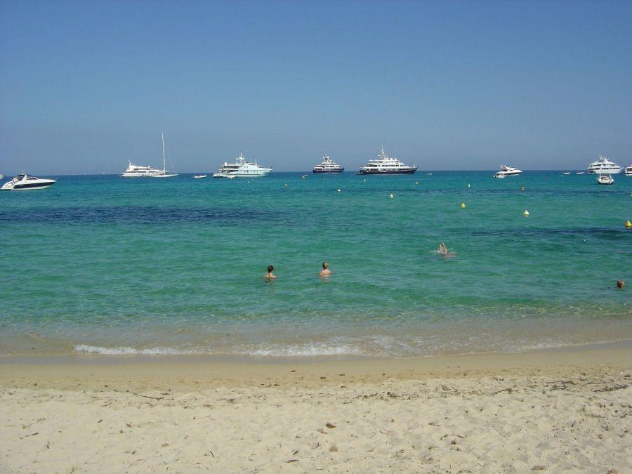 Localizada em St Tropez, a Praia de Pampelonne é uma das mais belas praias da França