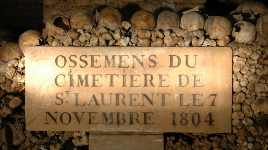 As catacumbas de Paris abrigam ossos de milhões de parisienses após o fechamento de vários cemitérios da cidade