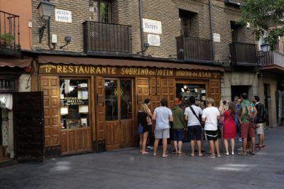 guia brasileiro com turistas em Madri