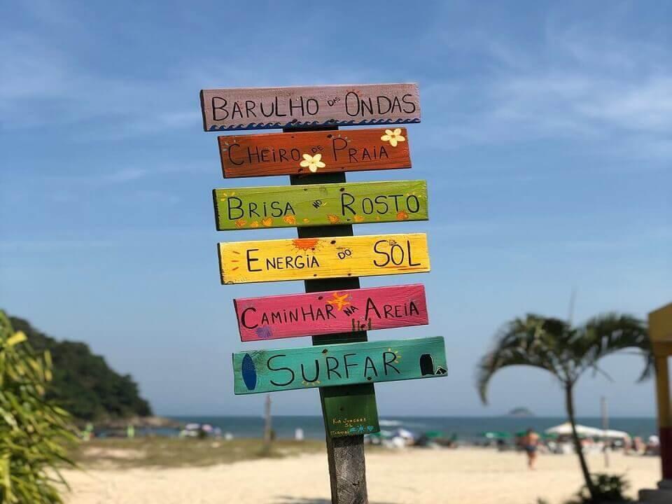 Placa na Praia de Riviera de São Lourenço