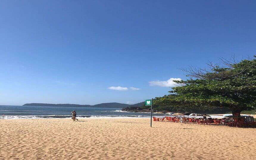 Vista e Quiosque na Praia de Itamambuca em Ubatuba