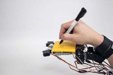roboticamano 675x450 - ¿Te gustaría tener una mano extra robótica? El MIT ya la ha diseñado