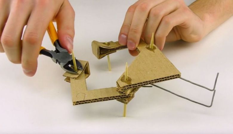 carton3 781x450 - Cómo construir un brazo robot totalmente funcional con cartón