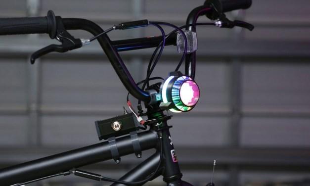 Construye un faro para tu bicicleta que cambie de colores mediante un botón