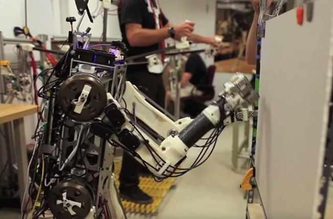 robot hermes trabajando - El chaleco de control del MIT para robots ayuda a los droides de trabajos pesados a mantenerse equilibrados