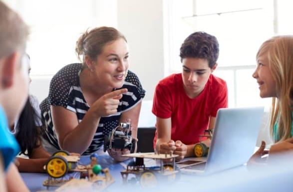 profesora con niños - Robótica Educativa, definición, qué es y ventajas para los niños