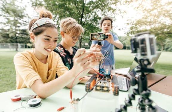 trabajo en equipo con robots - Robótica Educativa, definición, qué es y ventajas para los niños
