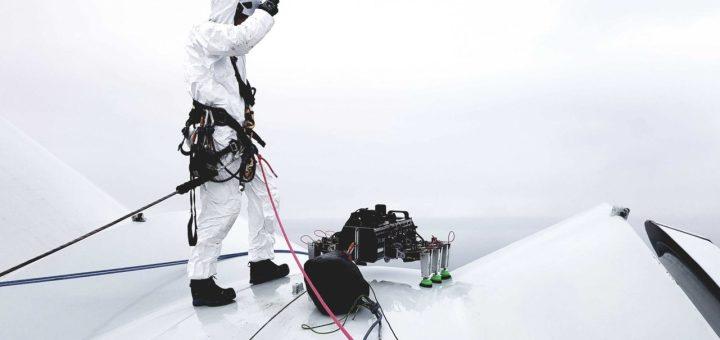 """Un robot llamado BladeBUG ha llevado a cabo la primera """"caminata de palas"""" en una turbina eólica marina"""