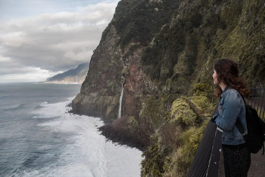 Anna en el mirador Veu da Noiva en el norte de Madeira.