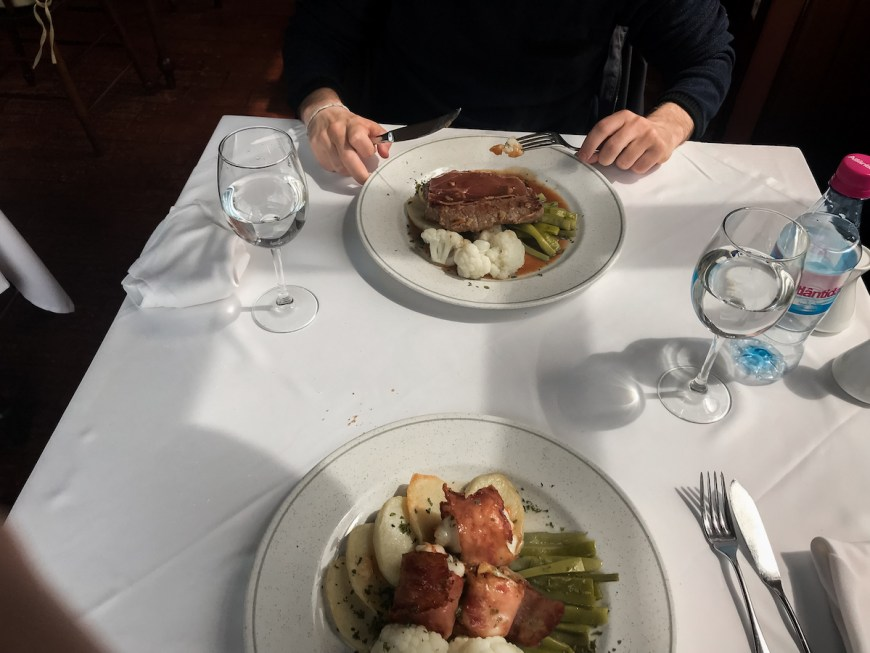 Comiendo en la Pousada dos Vinhaticos en Madeira
