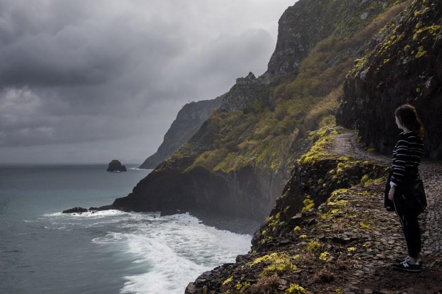 Anna en los acantilados de Sao Jorge en el noreste de Madeira