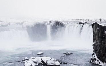 Alex en el borde de la cascada Godafoss en el norte de Islandia